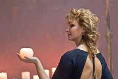 一件典雅的黑礼服的金发碧眼的女人 图库摄影
