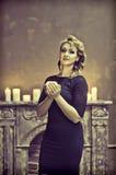 一件典雅的黑礼服的金发碧眼的女人 库存照片