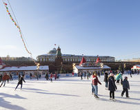 一滑冰场的很多人民的圣诞前夕 图库摄影