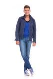 一件冷的季节夹克的年轻偶然人 免版税库存照片