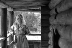一件减速火箭的礼服的北欧海盗白肤金发的女孩 免版税库存图片