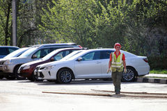 一件制服的一名工作者在街道上 免版税库存照片