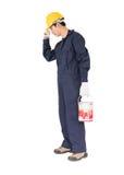 一件制服的工作者使用漆滚筒绘无形的w 免版税库存图片