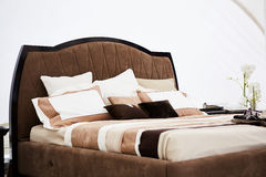 一间卧室的内部棕色口气的 免版税图库摄影