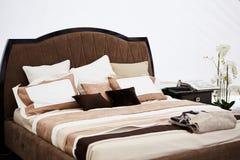 一间卧室的内部棕色口气的 库存照片