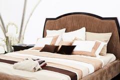 一间卧室的内部棕色口气的 免版税库存照片