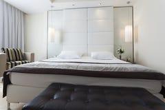 一间卧室的内部豪华公寓的 库存照片