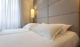 一间卧室的内部豪华公寓的 免版税库存照片