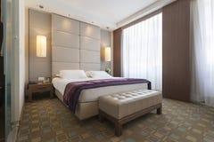 一间卧室的内部豪华公寓的 免版税库存图片