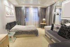 一间卧室的细节有床的 免版税库存照片