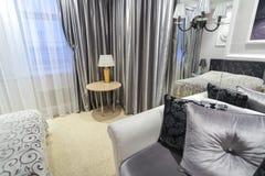 一间卧室的细节有床的 免版税库存图片