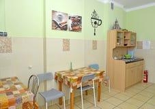一间厨房用餐的屋子的内部在小旅馆里 免版税库存照片