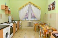 一间厨房用餐的屋子的内部小的旅馆 免版税库存图片