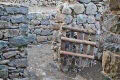 一间古老犹太教堂的废墟在卡茨考古学公园  免版税库存照片