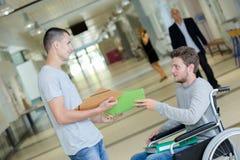 一2名学生失去能力的大学走廊的 库存照片
