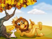 一头国王狮子和一只老鼠在树下 库存照片