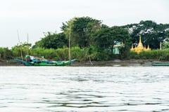 一间塔和佛教徒修道院河岸的在仰光1附近 库存图片