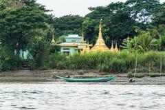 一间塔和佛教徒修道院河岸的在仰光2附近 免版税图库摄影
