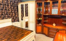 一间壮观的卧室的内部 免版税图库摄影