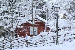 一间多雪的冬天圣诞节客舱 免版税库存图片