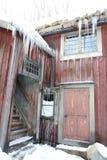 一间多雪的圣诞节客舱 免版税库存照片