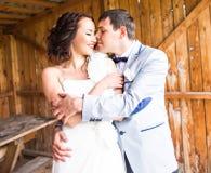 一年轻夫妇、新郎和新娘摆在的结婚照 免版税库存图片