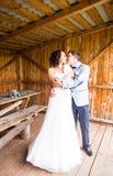一年轻夫妇、新郎和新娘摆在的结婚照 库存图片