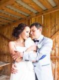 一年轻夫妇、新郎和新娘摆在的结婚照 免版税库存照片
