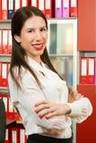 一年轻女商人微笑的画象 免版税库存照片