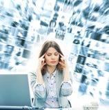 一年轻女实业家感觉在工作疲倦了 免版税库存照片