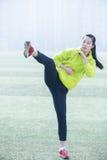 一年轻女性执行武术踢 免版税库存照片