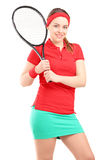 一年轻女性摆在与网球拍 免版税库存照片