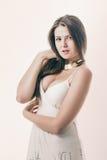 一件奶油色礼服的妇女 免版税库存图片
