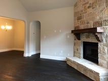 一间好的家庭娱乐室的内部在新房里 免版税图库摄影