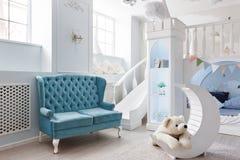一间宽敞蓝色儿童` s屋子的Interer 装饰城堡比赛 免版税库存图片