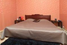 一间小卧室的简单的内部 免版税库存照片