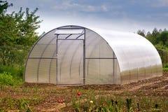一间小温室在庭院里 免版税图库摄影