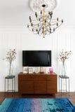 一间屋子的内部有白色墙壁、电视和一个梳妆台的在骗局 图库摄影