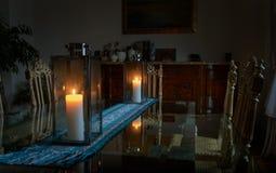 一间屋子的美好的内部有站立两个蜡烛烧灯的玻璃桌的 免版税图库摄影