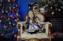 一件巧妙的礼服的小女孩有在她的头发的一个冠状头饰的 库存照片