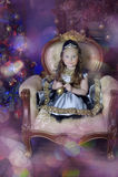 一件巧妙的礼服的小女孩有在她的头发的一个冠状头饰的 免版税库存图片