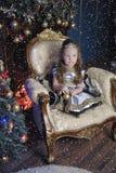 一件巧妙的礼服的小女孩有在她的头发的一个冠状头饰的 图库摄影