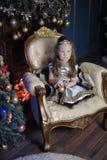 一件巧妙的礼服的小女孩有在她的头发的一个冠状头饰的 库存图片
