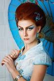 一件巧妙的礼服的艺妓有伞的 库存图片
