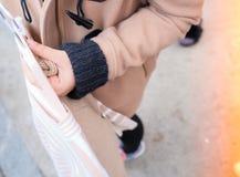 一件付得起的精密时髦礼服的Shopping夫人在凝块里面 免版税库存图片