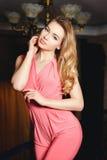 一件性感的桃红色礼服的女孩 图库摄影