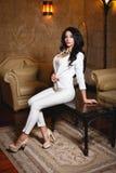 一件性感的白色礼服的美丽的女孩 库存图片
