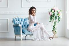 一件性感的白色礼服的美丽的女孩 免版税库存图片