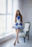 一件性感的短的礼服的美丽的女孩 免版税库存照片