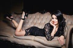 一件性感的短的礼服的美丽的妇女 免版税库存图片